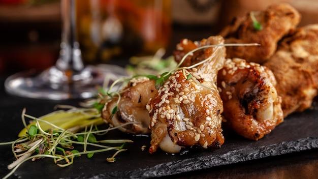 艶をかけられた鶏の脚と手羽先、パン粉。 Premium写真