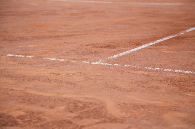 日光の下で白い線でテニスコートの地面。 Premium写真