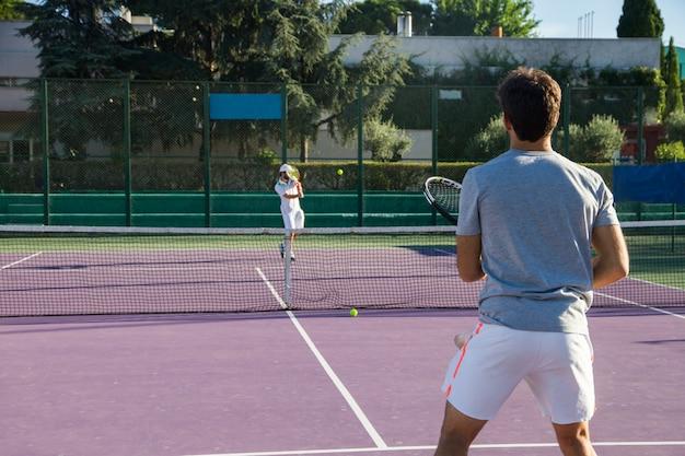 テニスコートでゲームをプレイするプロテニスプレーヤー Premium写真