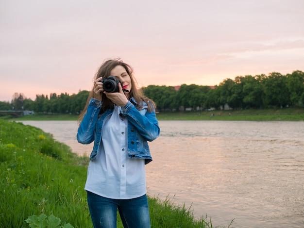 Красивая девушка турист фотографировать. Premium Фотографии