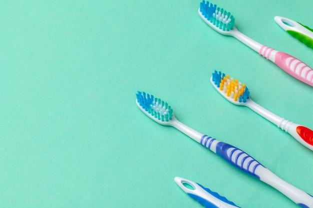 青色の背景に歯ブラシ Premium写真