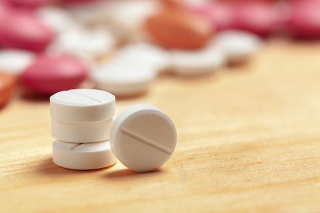 各種医薬品の錠剤、錠剤 Premium写真