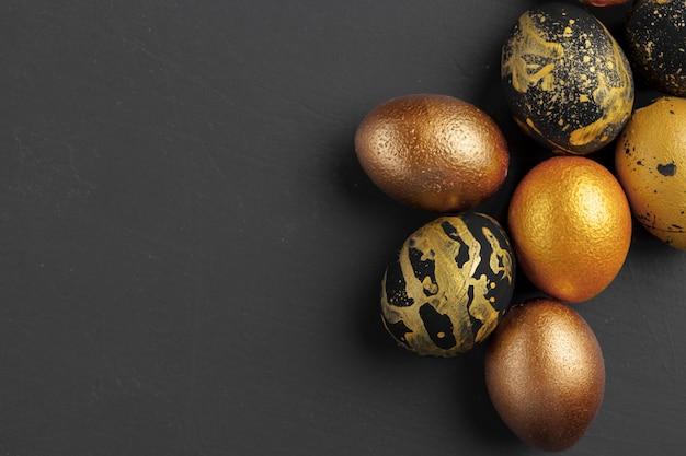 黄金の装飾イースターエッグと背景 Premium写真