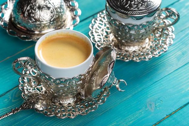 テーブルの上のトルココーヒーのカップ Premium写真