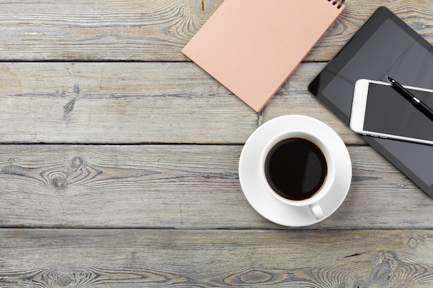 Рабочее место, деревянный стол Premium Фотографии