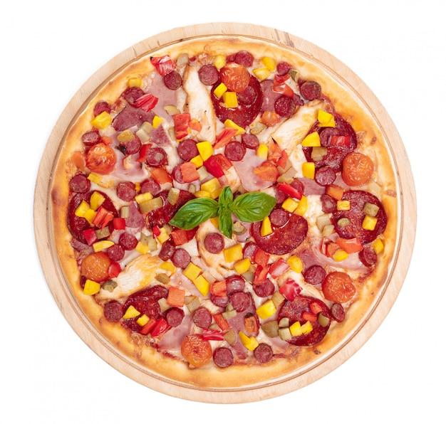 おいしいピザが孤立しています Premium写真