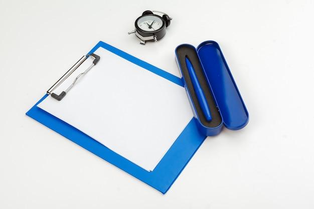 オフィスのテーブル、平面図、フラットレイアウトに青いクリップボード Premium写真