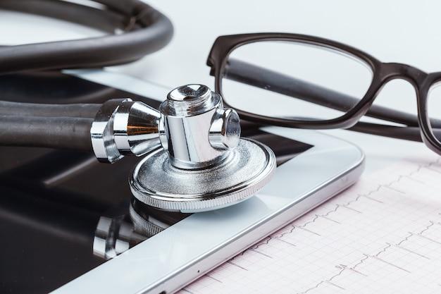 心電図シートの聴診器 Premium写真