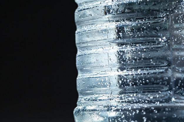 Закройте бутылку газированной воды с конденсатом на нем Premium Фотографии