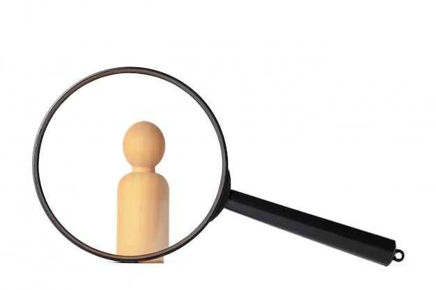 虫眼鏡の近くに人間の姿が立っています。人と労働者の検索の概念。空席と仕事を検索します。人事管理 Premium写真