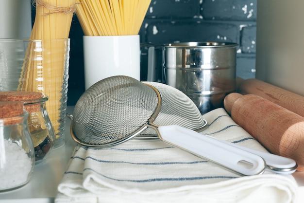 食器セット付きの白い棚ユニット Premium写真