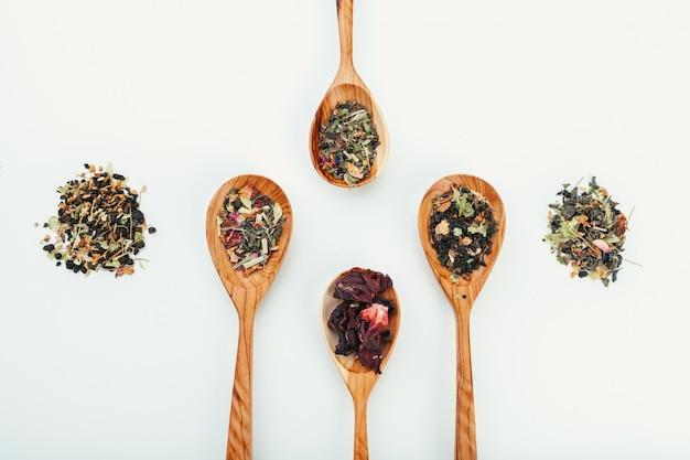 分離された木のスプーンで葉茶 Premium写真