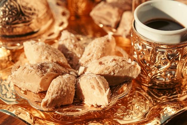木製のテーブルの上のコーヒーとトルコのお菓子 Premium写真