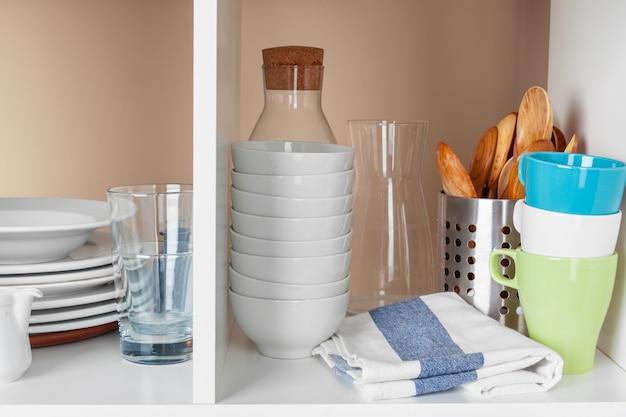 食器やマグ、木製の棚にキッチン用品 Premium写真