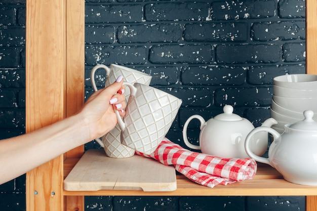 台所、女性、食器で掃除をする Premium写真