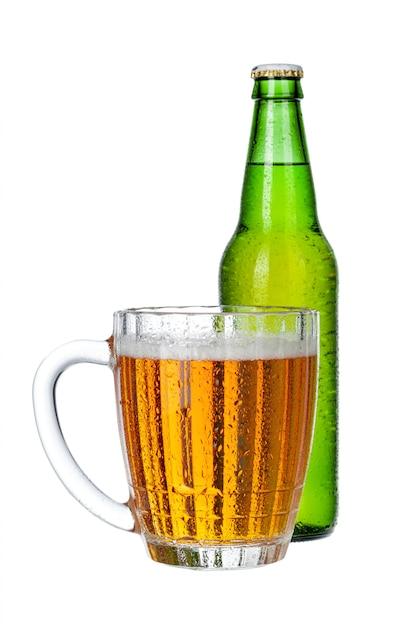 新鮮なビールのグラスとボトルをクローズアップで分離白 Premium写真