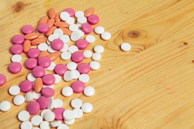 各種医薬品の薬、木製のテーブルにタブレット Premium写真