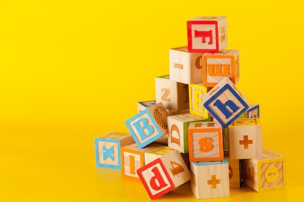 文字とカラフルな木製ブロック Premium写真