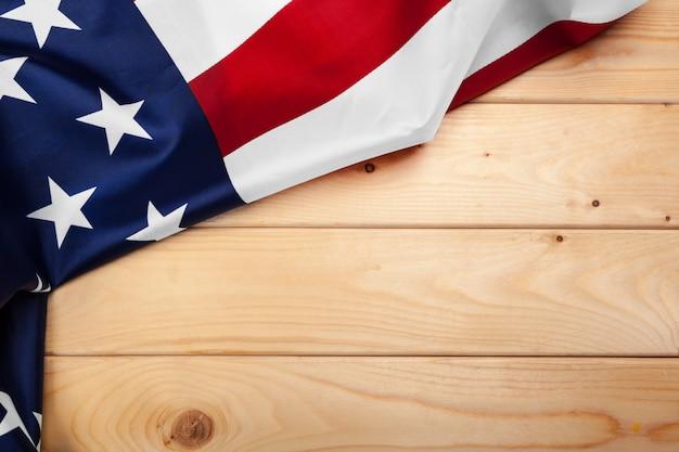 Флаг соединенных штатов америки на деревянном фоне. сша праздник ветеранов, мемориал, день независимости и труда. Premium Фотографии