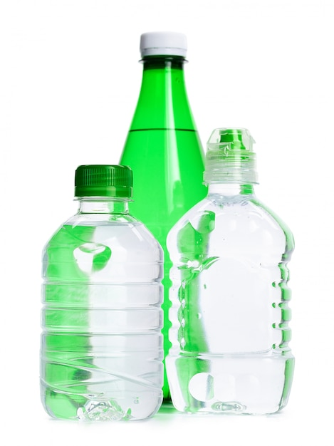 Бутылки минеральной воды, изолированные Premium Фотографии