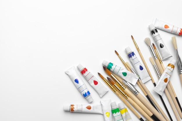 絵画の芸術。絵画セット:ブラシ、塗料、白い背景の上のアクリル絵の具 Premium写真