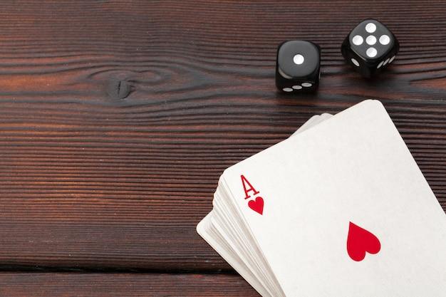 Игральные карты и игральные кости на столе Premium Фотографии