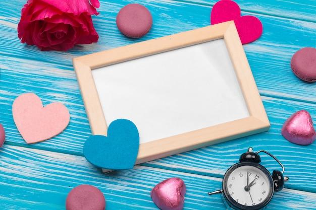 創造的なバレンタインの日ロマンチックな組成フラットレイアウトトップビュー愛の休日のお祝い赤いハートカレンダー日付 Premium写真