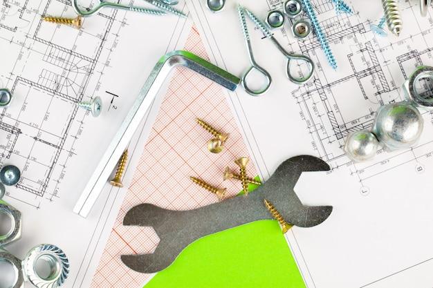 技術と金属加工。印刷された図面の金属ボルトとナット Premium写真