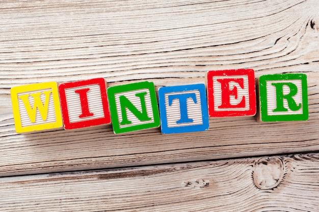 テキストと木のおもちゃブロック:冬 Premium写真