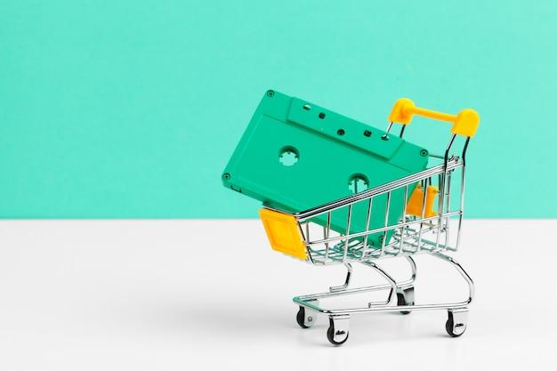 ショッピングトロリーのレトロなオーディオカセット Premium写真