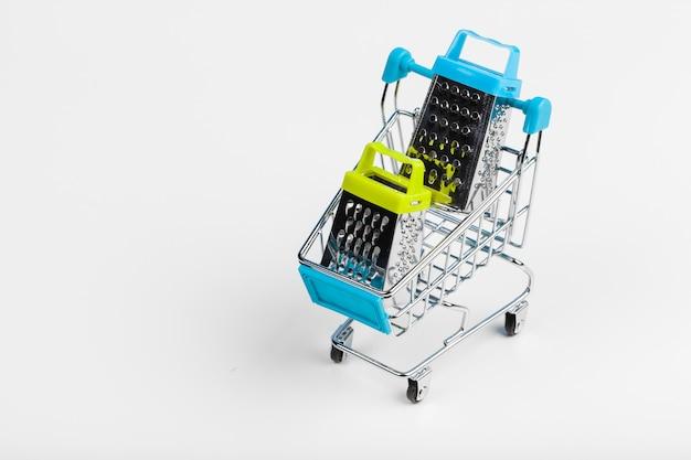 Мини-корзина на столе. бизнес, концепция электронной коммерции Premium Фотографии