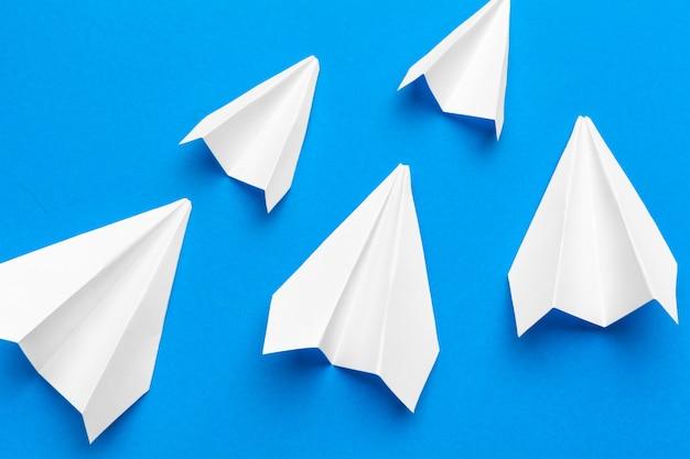 ホワイトペーパー飛行機 Premium写真
