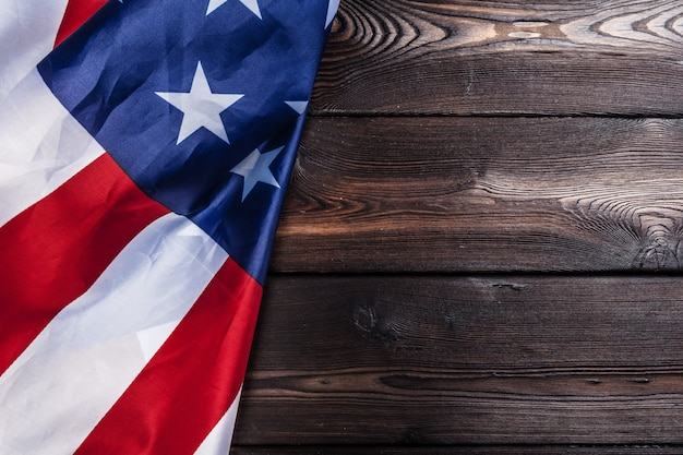 暗い木製のテーブル背景にアメリカ国旗 Premium写真
