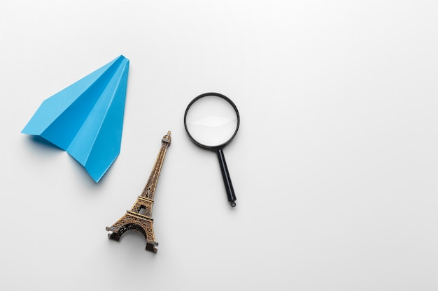 パステルカラーの背景に紙飛行機。子供の頃、自由と多様性の概念 Premium写真