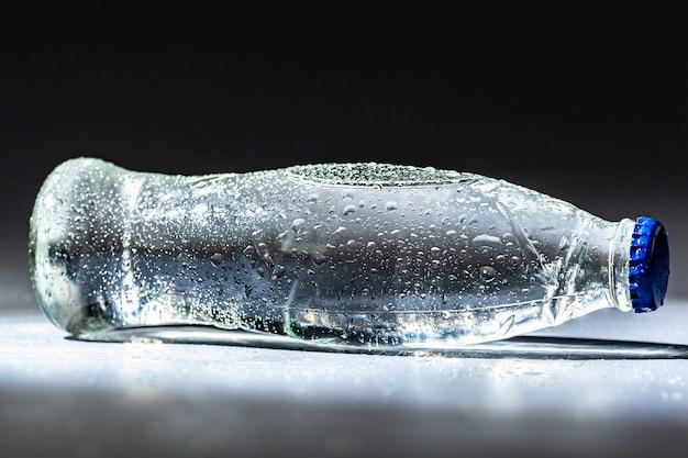 Минеральная вода очищенная в бутылке Premium Фотографии