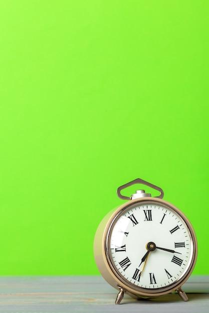 Ретро будильник на столе Premium Фотографии