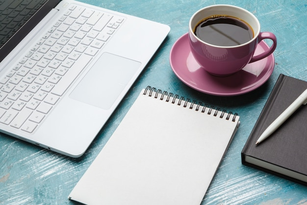 ノートパソコンとコーヒーとトップビューオフィスもの Premium写真