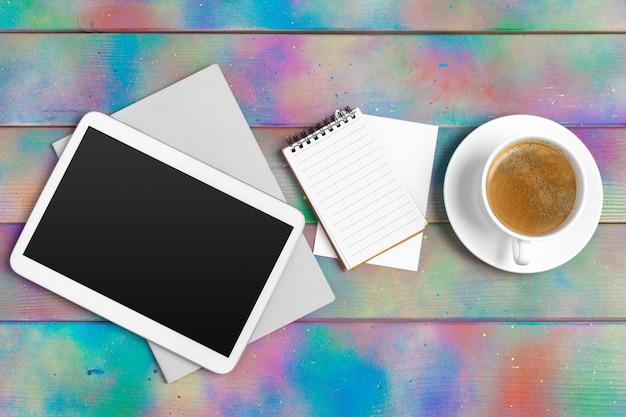 Современная пустая цифровая таблетка с бумагами и ручка на деревянном столе. вид сверху. высокого качества Premium Фотографии