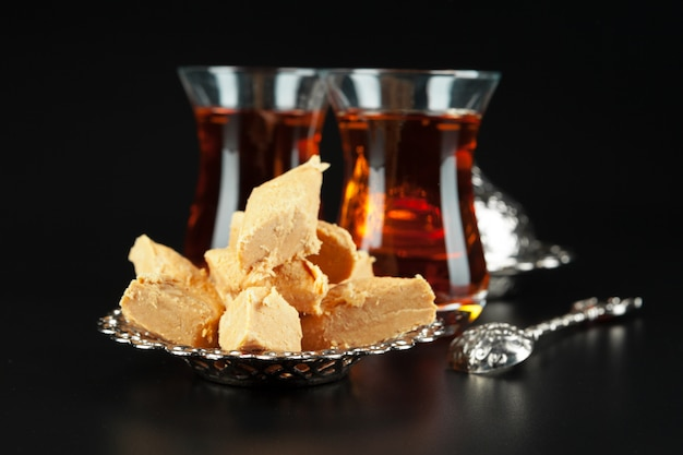 Чаша с кусочками рахат-лукума и черным чаем Premium Фотографии