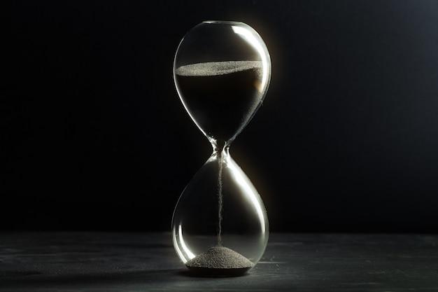 暗い表面の砂時計 Premium写真