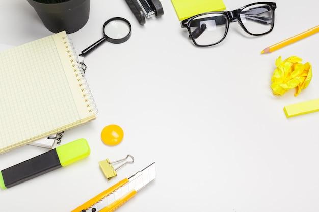 事務用品とメガネ Premium写真