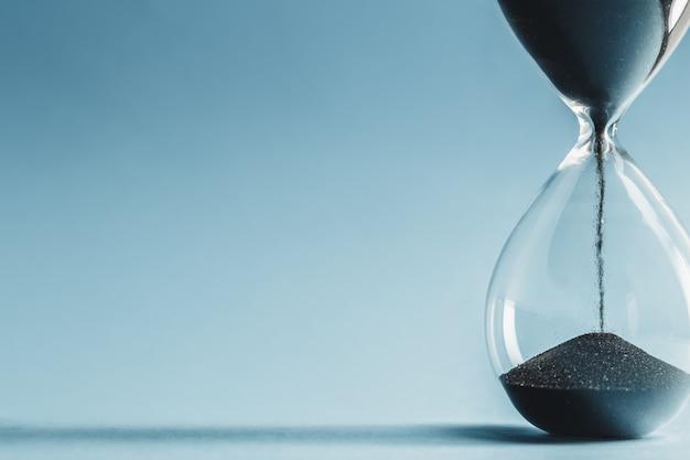 青い表面の砂時計 Premium写真