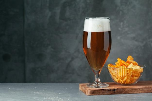 ビールスナックのボウルと黒ビールのグラスをクローズアップ Premium写真