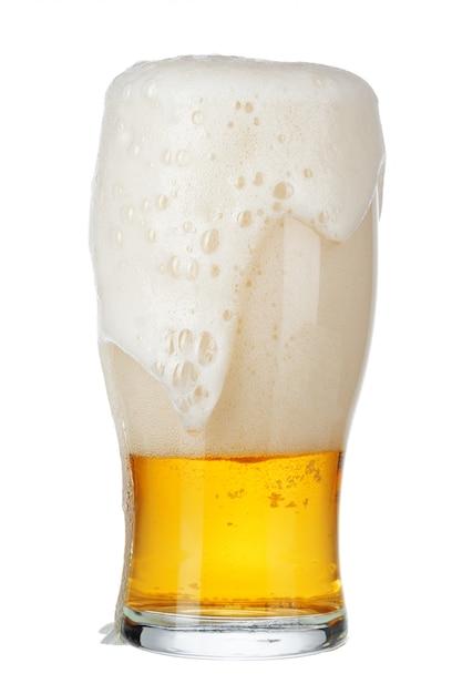 Один стакан пива крупным планом на белом фоне Premium Фотографии