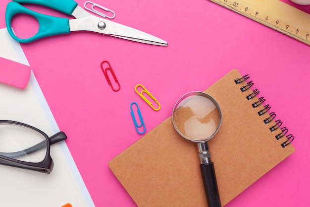 Творческий минимальный домашний офисный стол. макет Premium Фотографии