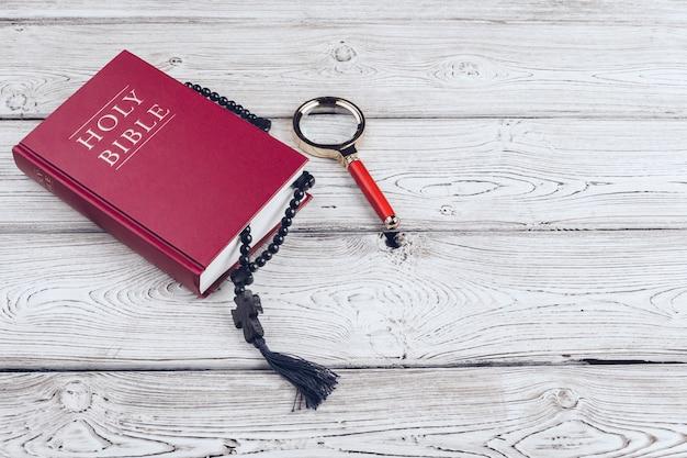 聖書と十字架、白い木製のテーブル Premium写真