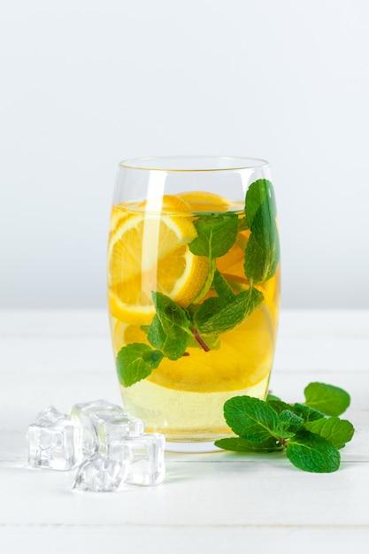 レモネード。新鮮なレモンを飲みます。 Premium写真
