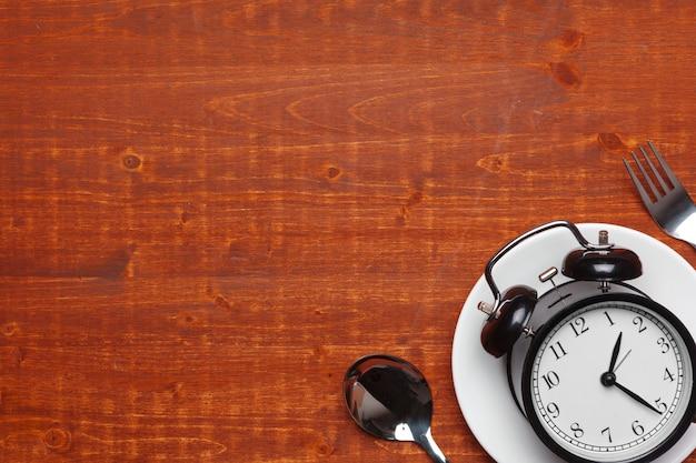 目覚まし時計、プレート、調理器具の構成 Premium写真
