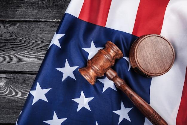 Деревянный молоток и флаг сша на столе крупным планом Premium Фотографии