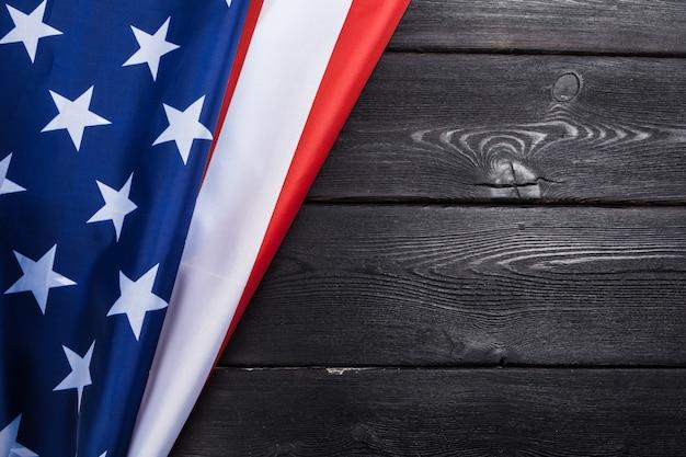 Флаг сша на темном деревянном столе Premium Фотографии